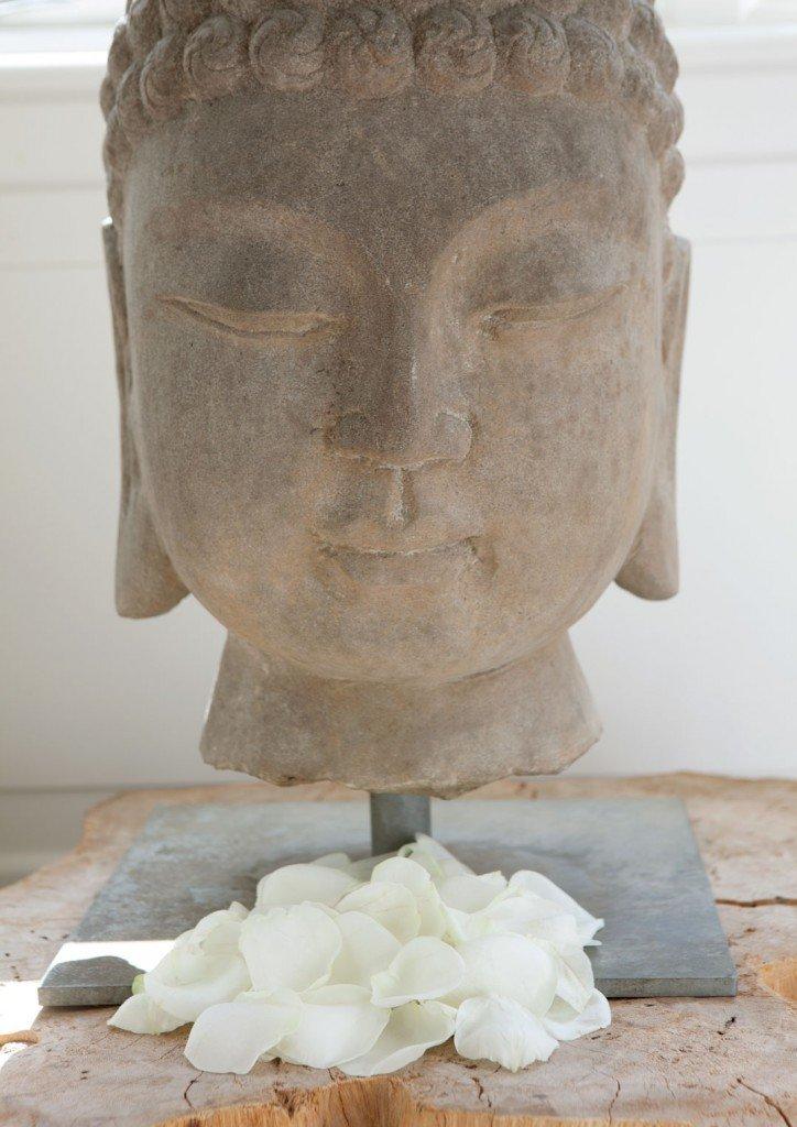 Buddha-met-rozenblaadjes